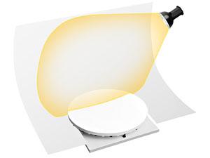 Для освещения фона здесь использован отдельный источник света, он установлен над фоном
